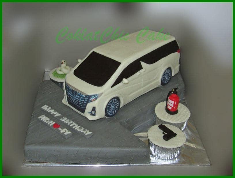 女网民说,她本来要求的模型蛋糕是一辆丰田Alphard,结果蛋糕成品出炉才发现货不对版。