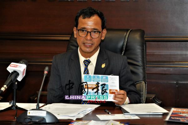 拉查里:统计局正在向州内7万户已确认的家庭派发普查明信片。