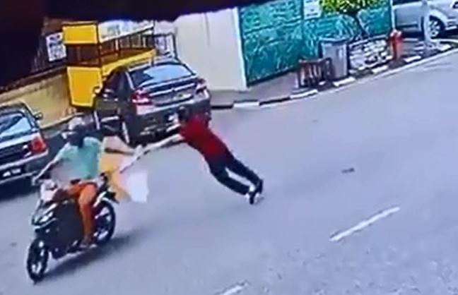 匪徒强行拽走老妇手中的手提袋。
