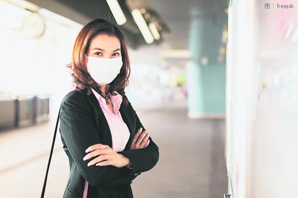 戴口罩是重要防疫措施,也是人们应该学会适应的生活新常态。