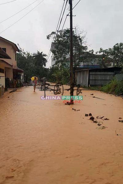 马口万乐镇第34路后巷,防洪工程在进行期间,出现大量泥浆水涌现现象。
