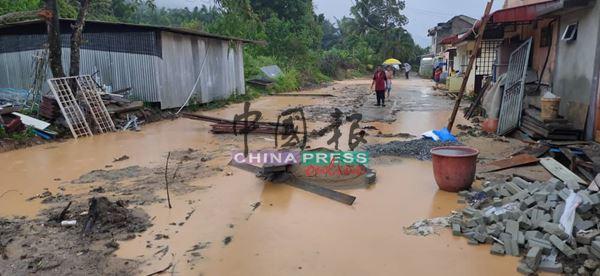 防洪工作进行期间遭到泥水侵袭,现场一片狼藉。