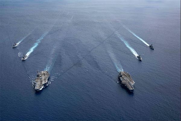 美军尼米兹号、雷根号航空母舰在南海操演;中美南海较劲引起区域局势紧张。