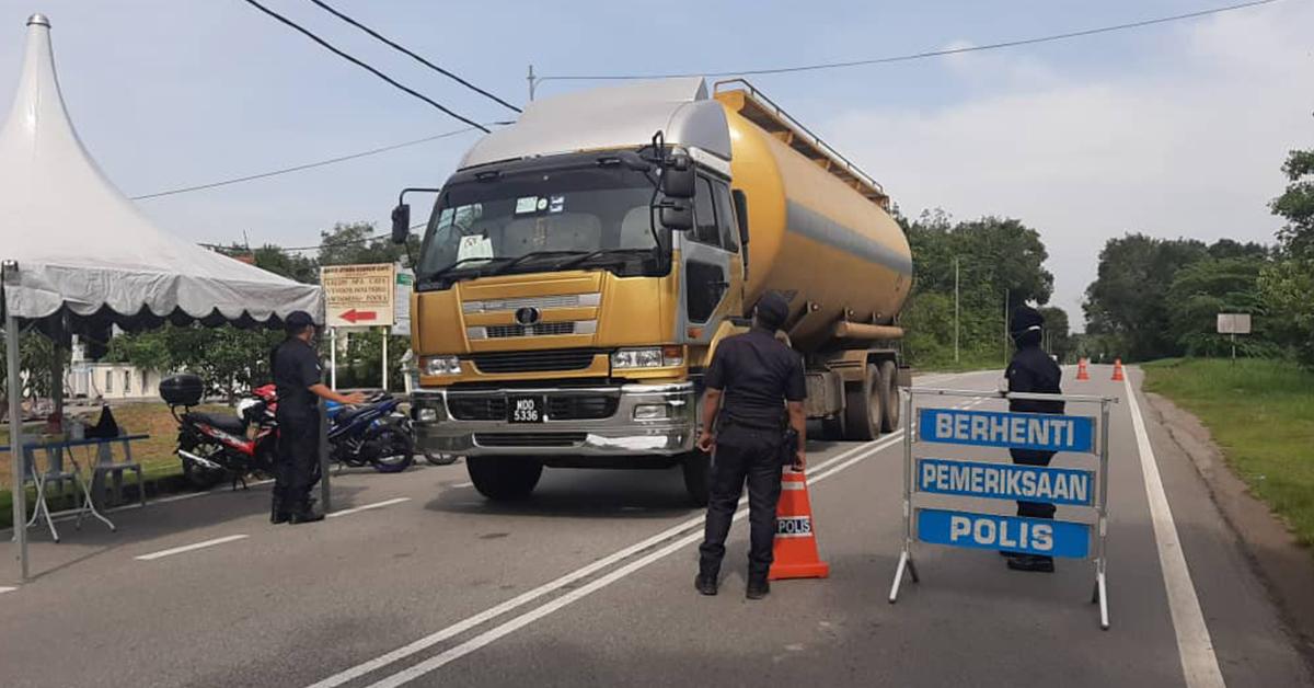 警方在樟仑市镇主要道路,检查路过车辆。