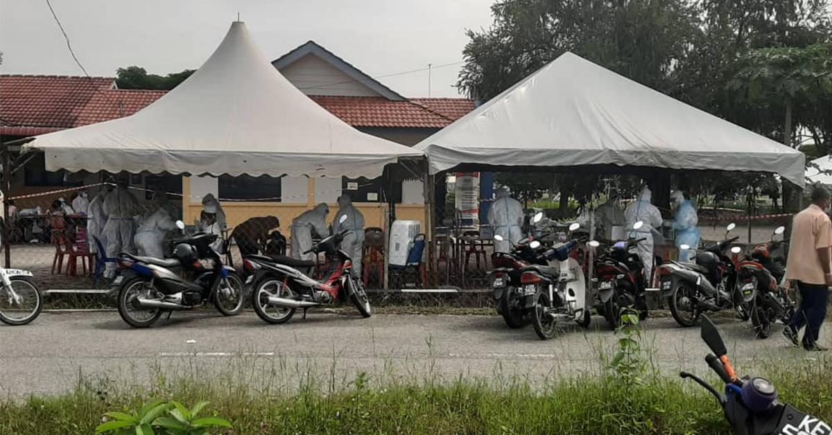 拿坡诊疗所搭临时帐蓬,大批医务人员忙着为民众登记检测冠病。