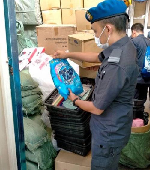 贸消部官员取缔和充公假洗衣粉。