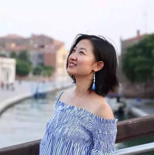 带小王回家开发工程的女建筑设计总监侯岳。