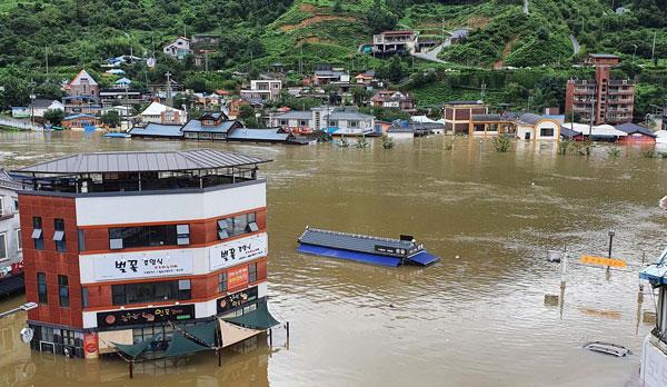 庆尚南道暴雨引发洪水,淹没了一座市场。(欧新社)