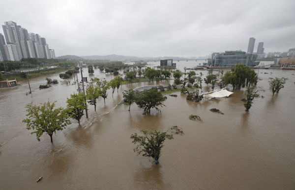首尔汉江公园部分地区被洪水淹没。(美联社)