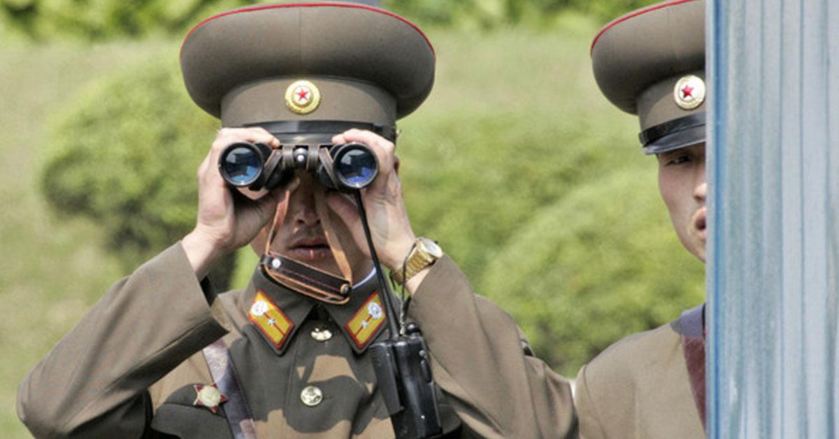 朝鲜一名40多岁军官,因拍摄三人运动片被逮个正着,恐被处以极刑。
