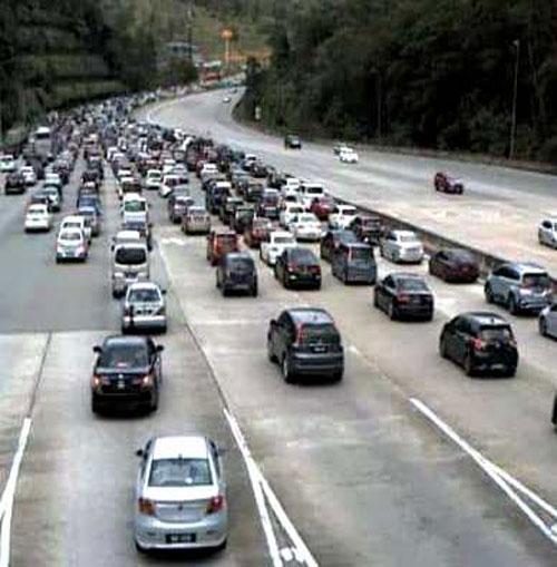 加叻大道往西海岸方向大塞车。