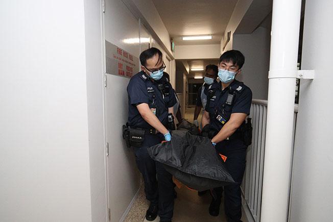 警员把死者遗体带离现场。