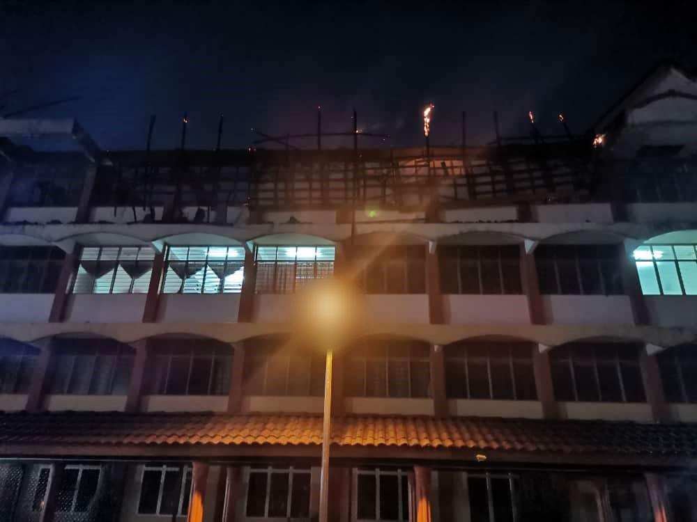 宗教学校女学生宿舍深夜着火,幸131位女学生成功逃生。