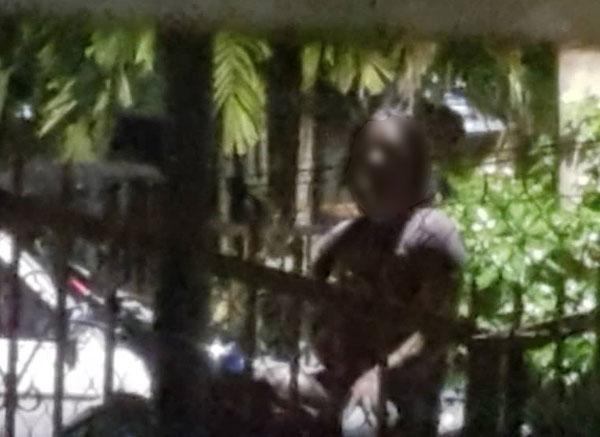 事主拍下陌生男子在屋外等候,令她感到不安。