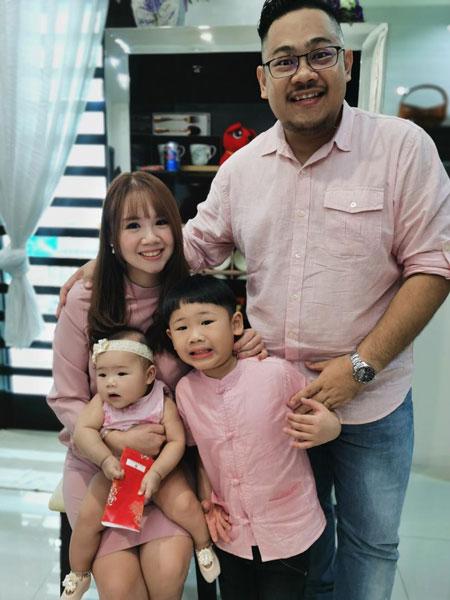 李国俊(后排左2)生前与妻子及一对子女的合影。(受访者提供)