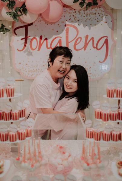 郑紫晶(右)自小和妈妈梁沣频相依为命,母女感情很好。(受访者提供)