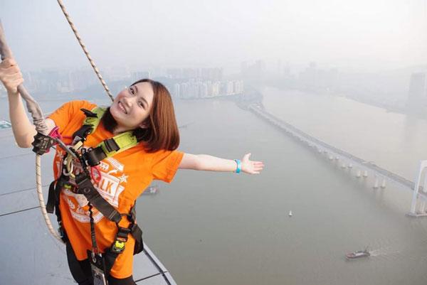 郑紫晶曾到澳门挑战澳门塔SkyWalk。(受访者提供)