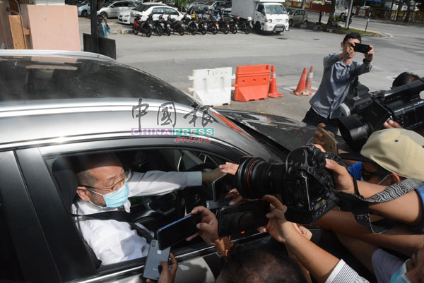 律师李凯在离开反贪会时,短暂回应媒体的提问。