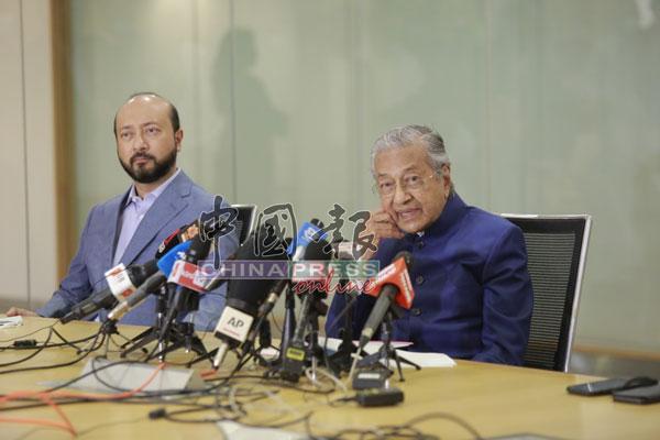 马哈迪(右)发言时,表现一派轻松,左为慕克里兹。