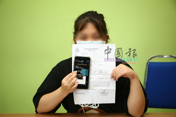 廖小姐展示报案书及与大耳窿的对谈内容。
