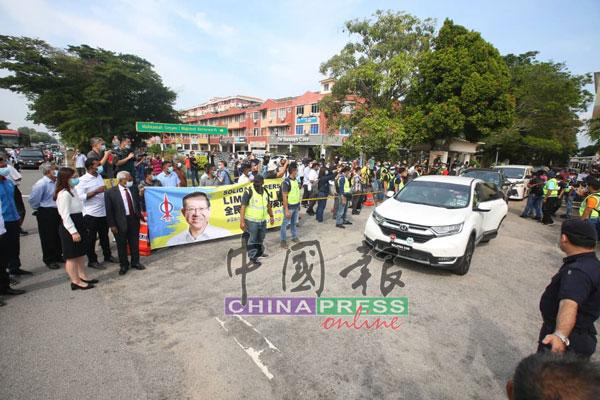支持者在法庭外目送林冠英离开。