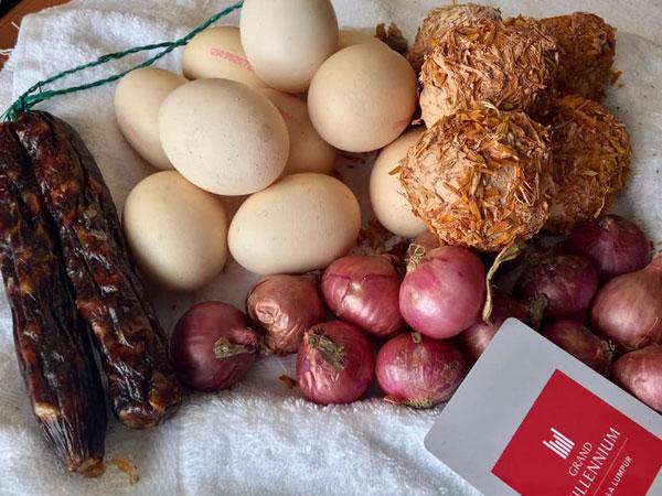 隔离者把腊肠、皮蛋和洋葱等食品都带到被征用为隔离中心的酒店。