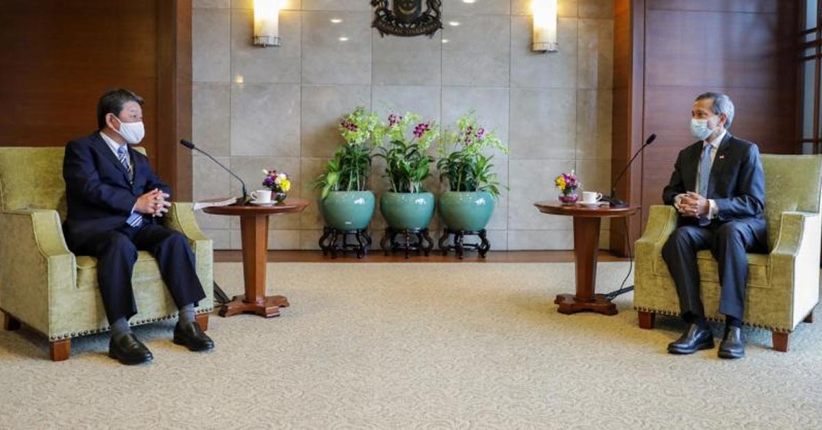 日本外交部长茂木敏充(左)和新加坡外长维文医生针对区域和国际事态发展进行了探讨。