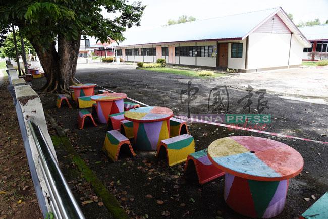 学校被令关闭两周,校园空无一人。