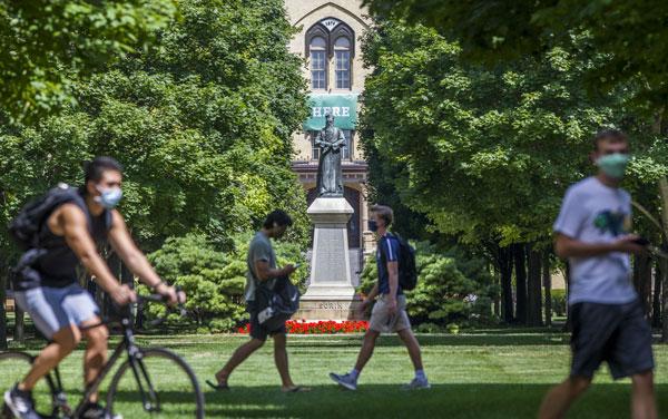 8月7日,在美国圣母大学校园内的学生都戴着口罩。