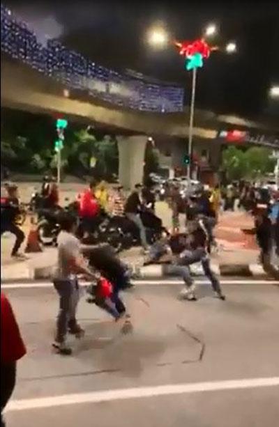 一群男子在街头大打出手。