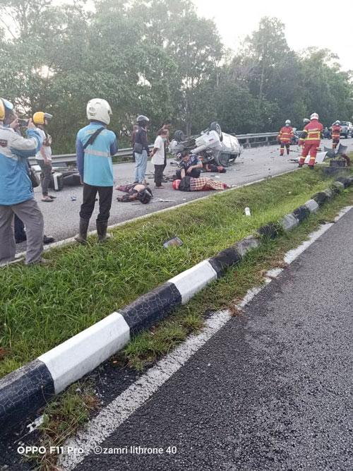 车祸现场一片狼藉。