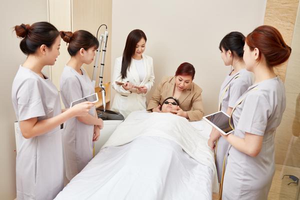 Sheily Low(左3起)与Christine Ng为美容师们进行培训。