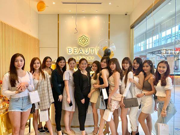 Beaute Library总经理Christine Ng(左6)与嘉宾们在实达购物广场分店开幕典礼上开心合影。