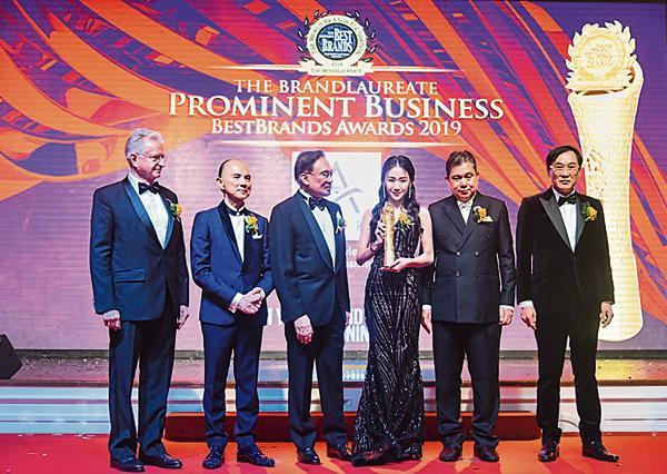 伍依婷(右3)连续3年蝉联The BrandLaureate品牌企菁奖。
