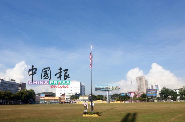 森州政府在新常态下低调庆贺国庆日,芙蓉九州草场虽少了热情的市民,却显得十分广阔。