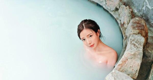 蓝星蕾在写真集中全裸泡牛奶浴。图/尖端出版