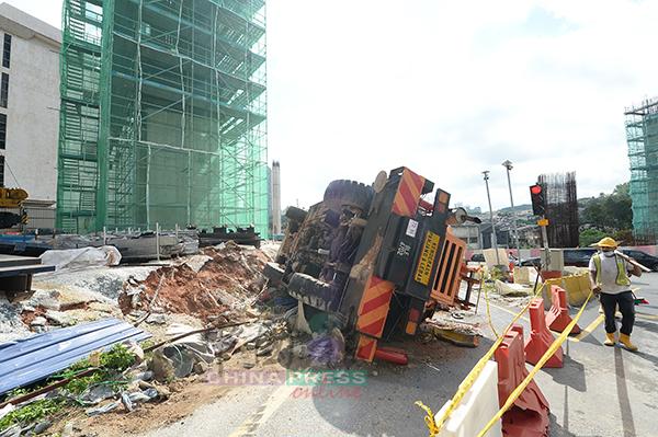 起重機失衡倒下,造成交通阻塞。