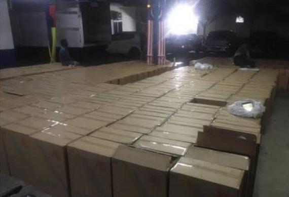 警方突击走私香烟集团的仓库,起获大批各牌子走私香烟。