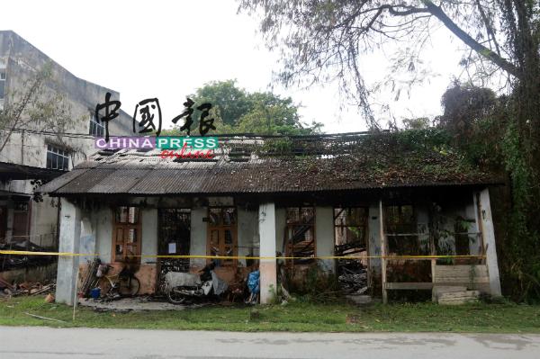 一场大火,无情烧毁2间木屋,也让住在木屋的3名老翁一夜间失去家园。