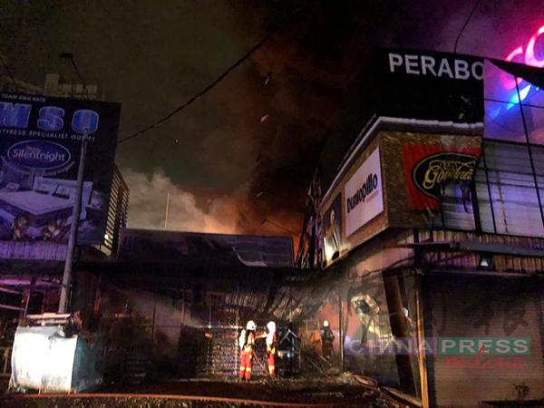 家私城于凌晨失火被烧毁。