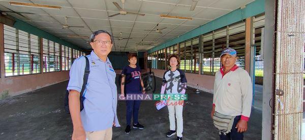 叶朝政(左起)、余彩虹、陈凤兰及陈汉鸿巡视丹A新村旧民众会堂拆除工作,新民众会堂内部将会有3个羽球场。