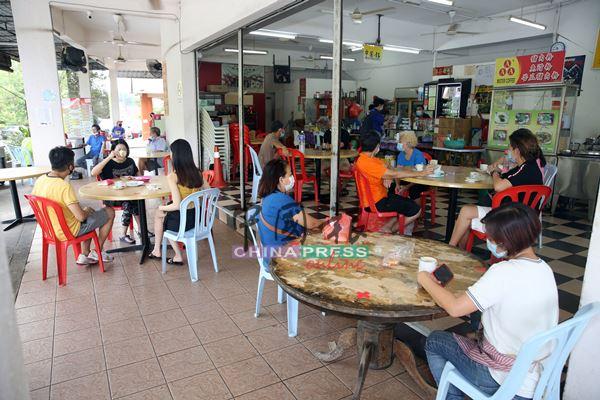 餐饮业者要求顾客如果一个家庭太多人,必须分桌坐,避免被取缔。