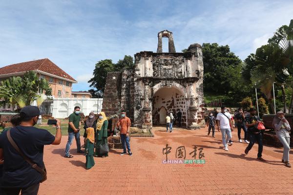 到访古城门的本地游客,大部分都戴口罩。