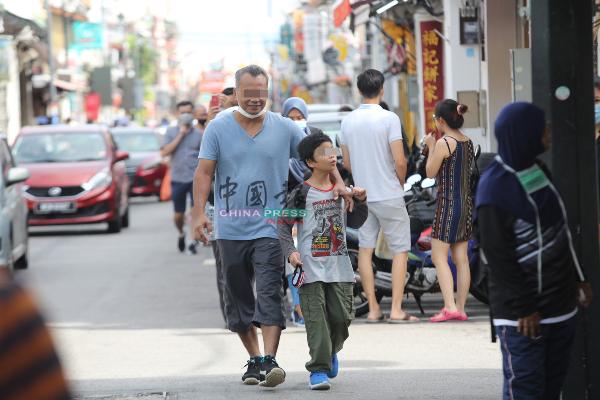 在鸡场街也能发现部分家庭成员出游没戴口罩,难道不担忧被罚款吗?