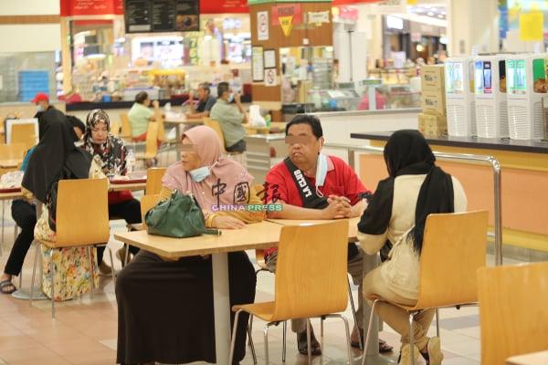 :食物还末端上桌,部分民众已迅速除下口罩,此举也属于违例。