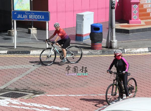 在人潮密集的公共场合骑脚车,有些人士则未有戴上口罩,是否会遭执法人员对付?