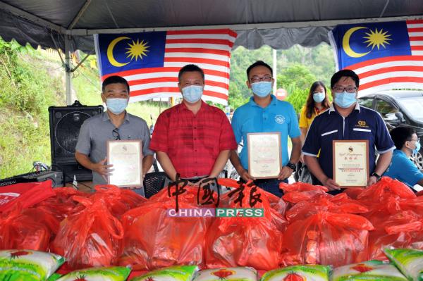 吴金财(左2)颁赠感谢状予出钱又出力的赞助单位代表,右起是王伟森、沈耀辉和杜法明。
