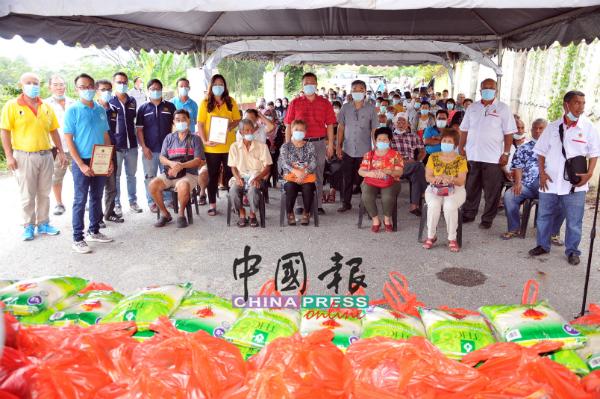 受惠者与赞助单位和吴金财(站者右4)一起合照。