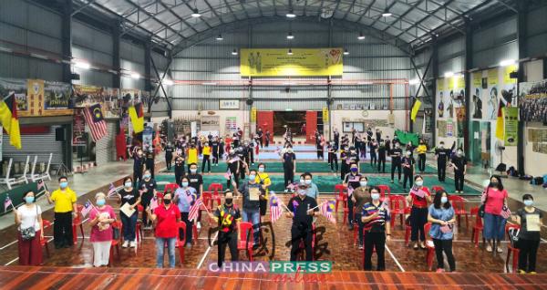 张金发(前排右4)带领全体理事、家长及运动员挥动辉煌条纹,展现爱国情操。