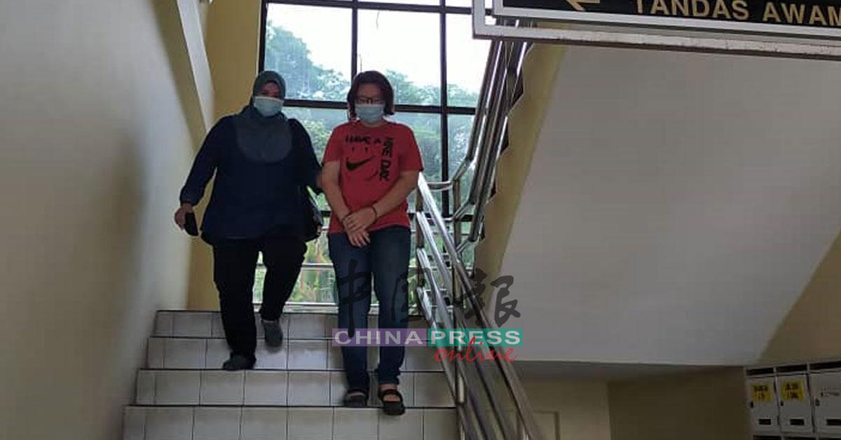 被告譚玉梅(右)被押離勞勿地庭。